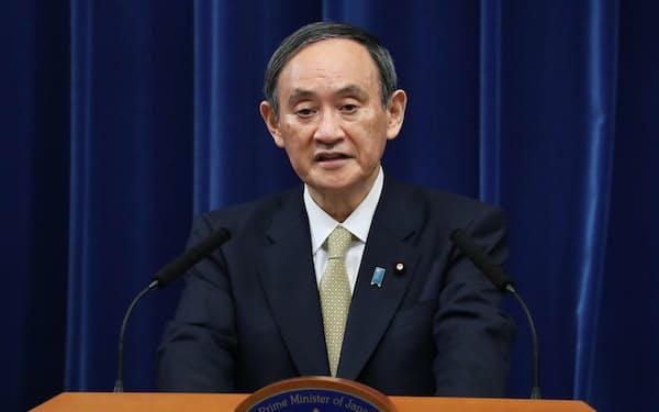 記者会見で宣言対象地域の拡大を説明する菅首相(13日、首相官邸)