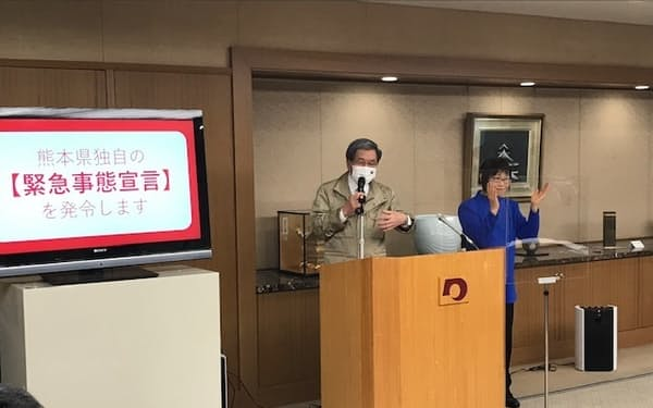 記者会見で熊本県独自の緊急事態宣言の発令を発表する蒲島知事(13日、県庁)