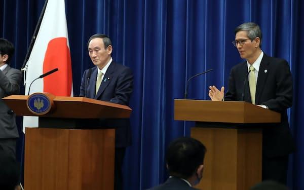 政府分科会の尾身会長と共に記者会見する菅首相(13日、首相官邸)