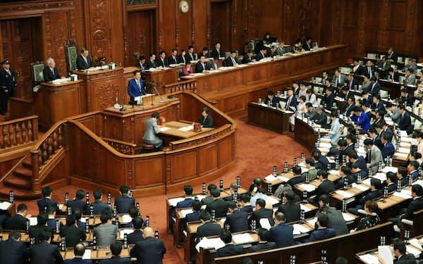 菅首相は18日召集の通常国会で言及する(写真は昨年1月、衆院本会議で施政方針演説をする安倍前首相)