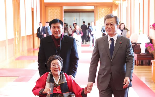 文在寅大統領は「被害者中心主義」を掲げている(2018年1月、韓国大統領府)=韓国大統領府提供