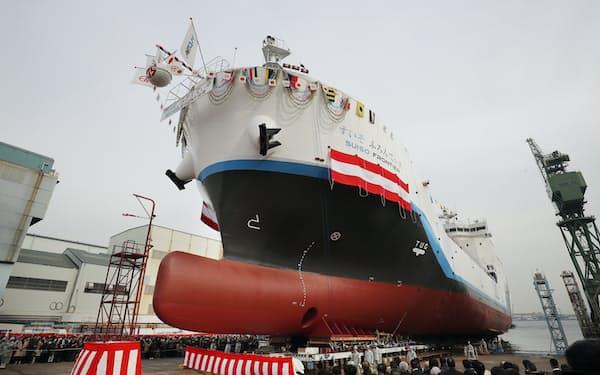 川崎重工業が開発した世界初の液化水素運搬船(2019年の神戸工場での進水式)