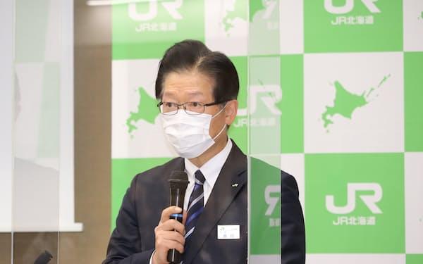 記者会見する島田社長