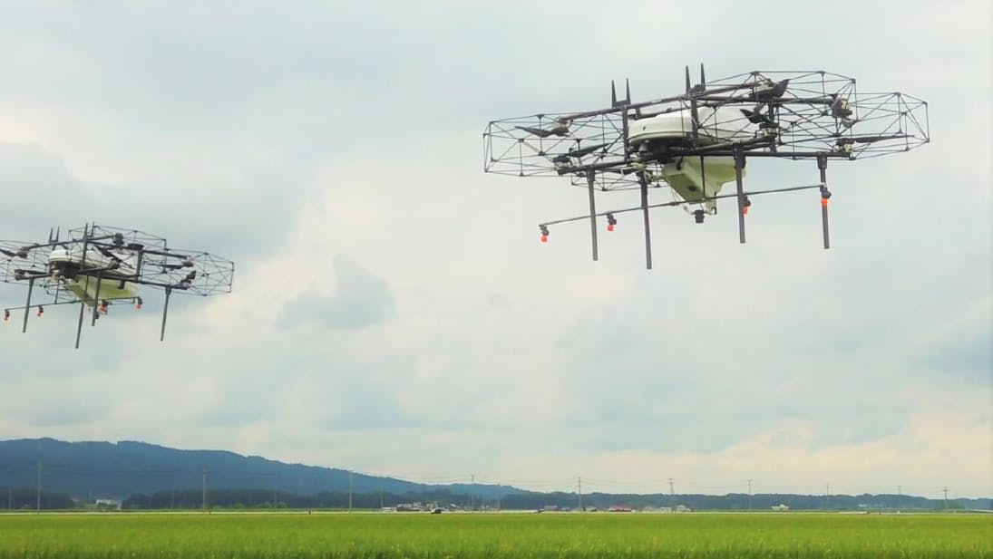 ドローンは自動制御で飛行する(宮城県登米市での農薬散布の様子)