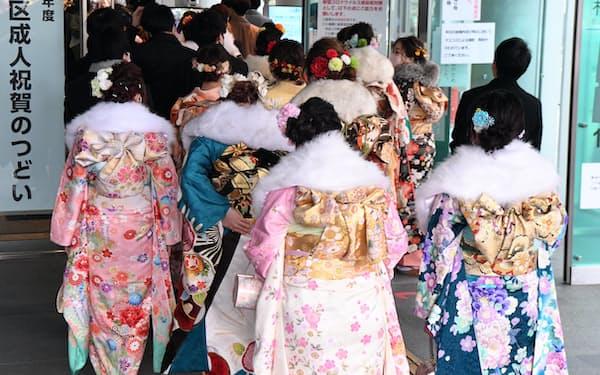 成人式の会場に入る新成人(11日、東京都杉並区)
