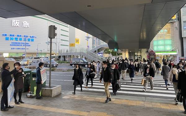 緊急事態宣言発令を受け、兵庫県の職員が不要不急の外出自粛を呼びかけた(14日、神戸市中央区)