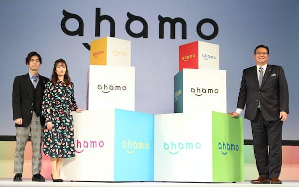 NTTドコモの新料金プラン「ahamo(アハモ)」を発表する井伊基之社長(右)ら(2020年12月、東京都渋谷区)