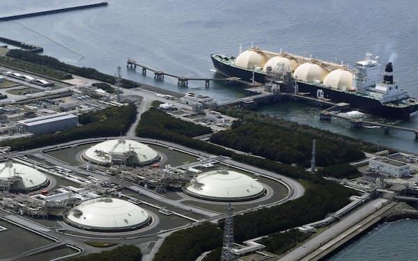 電力各社はコロナ感染拡大を見越して、LNGの在庫を絞っていた(千葉県富津市の東京電力富津火力発電所に接岸するLNG船)