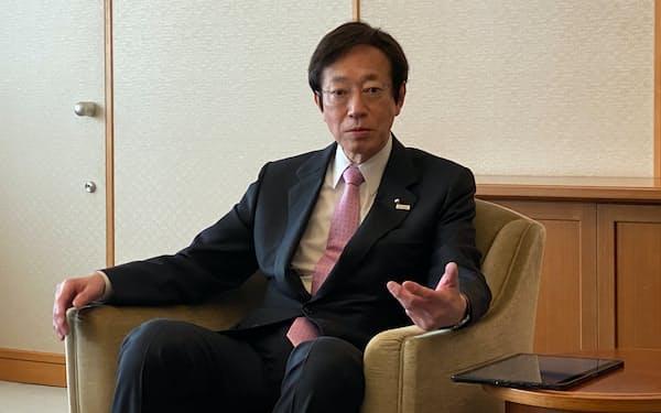 インタビューに応じる久元市長