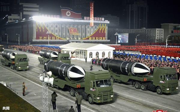 軍事パレードに登場した「北極星5」と書かれた新型とみられる潜水艦発射弾道ミサイル=14日、平壌の金日成広場(朝鮮中央通信=共同)