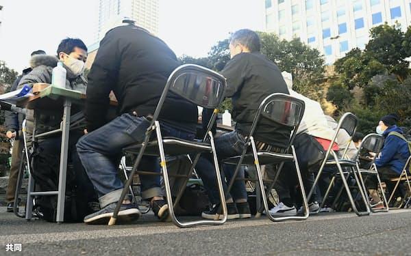 2020年の年末、東京・池袋で非正規労働者の支援団体が開いた生活や住まいに関する相談会=共同