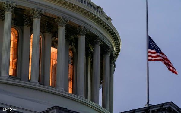 1月11日、トランプ大統領の弾劾に際して半旗が掲げられたワシントンの議事堂=ロイター
