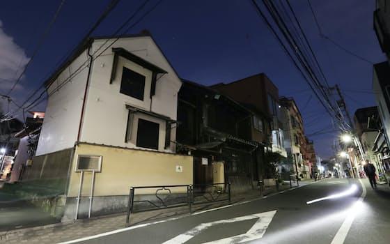一葉が度々通った質店の建物が今も残る菊坂。夕闇に土蔵の白壁が浮かび上がる