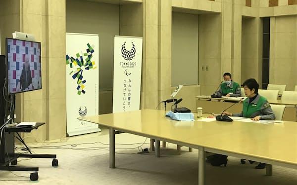小池氏は東京商工会議所の三村会頭とテレビ会議を開いた(15日、都庁)