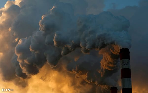 FILE PHOTO: Smoke and steam billow from the Belchatow Power Station, Europe's largest coal-fired power plant, near Belchatow, Poland, November 28, 2018. REUTERS/Kacper Pempel/File Photo/File Photo