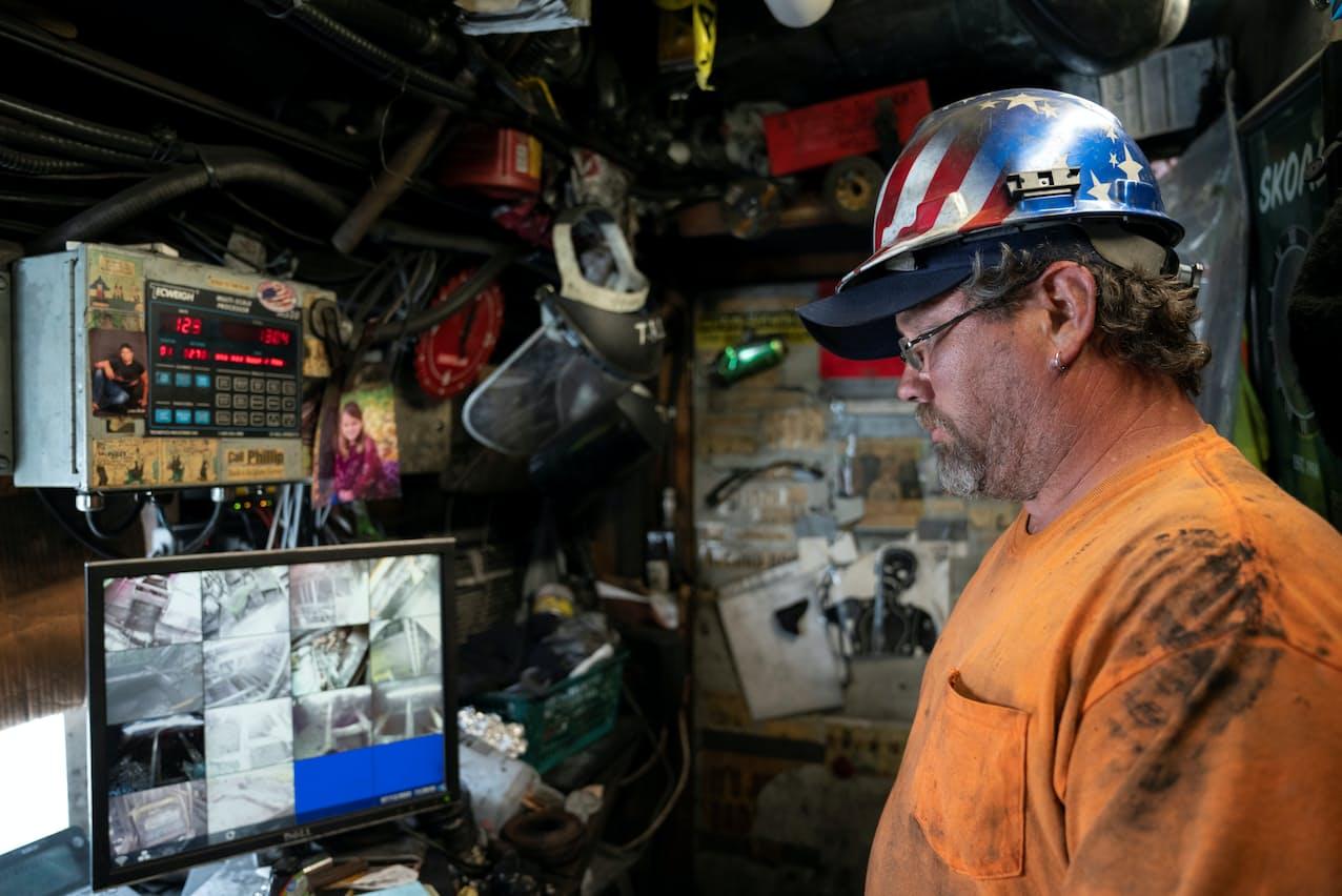 選炭工場で機械を監視する作業員(米ペンシルベニア州)=ロイター