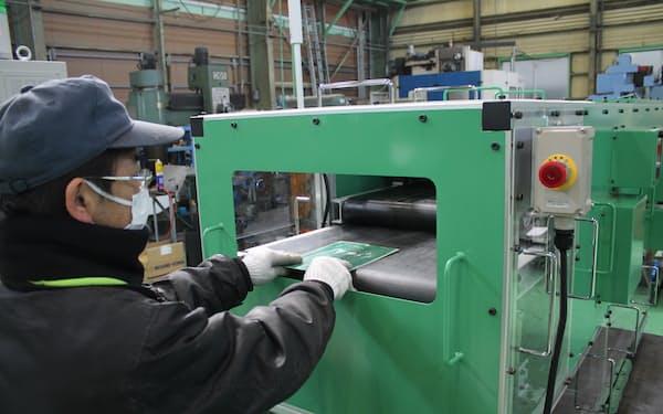 分解機に基板を入れると、2つの刃がチップなどを剝ぎ取る。機械はデザインを改良した後に発売する