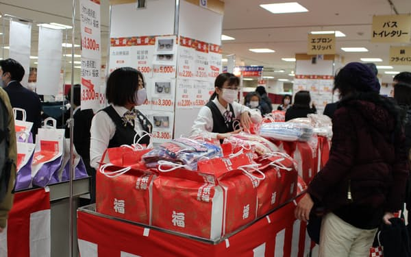 藤崎は人気の福袋を販売する特設会場を設け分散を図った(2日、仙台市)