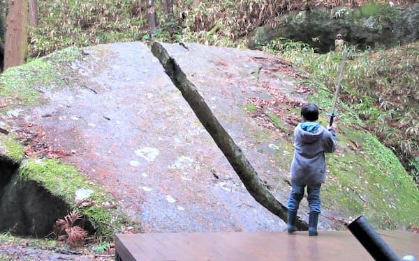 「一刀石」~~約7㍍四方の巨石。中央から2つに割れている。