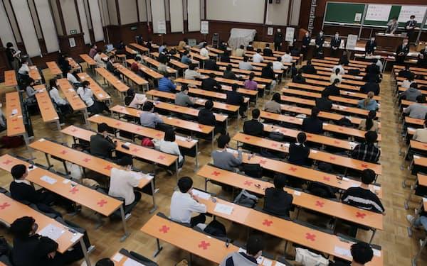 初めて行われた大学入学共通テスト。新型コロナウイルスの感染対策で、受験生は間隔を空けて座った(東京都文京区)