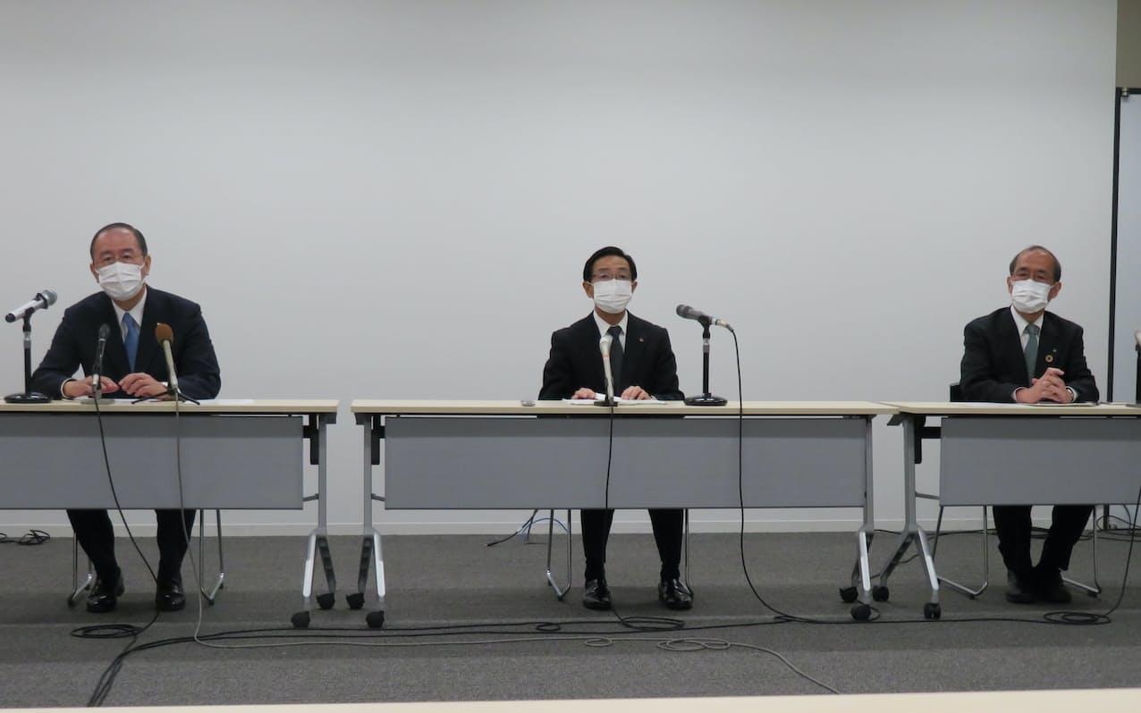 経営者に向けた緊急メッセージを発表する京都府の西脇隆俊知事㊥ら(17日、京都市の京都経済センター)