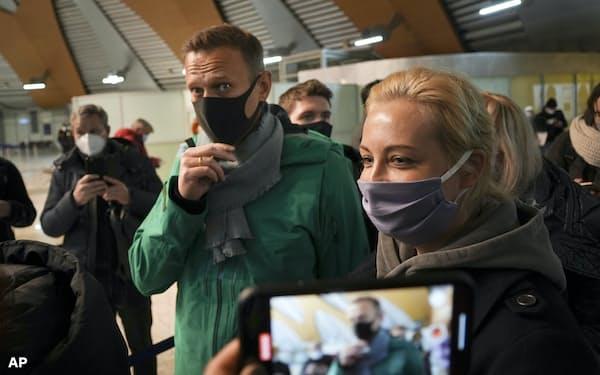 17日、モスクワ郊外の空港で入国審査を待つナワリヌイ氏㊧とユリア夫人=AP