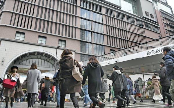 緊急事態宣言発令後初の週末、阪急うめだ本店前を行き交う人たち(16日、大阪市北区)