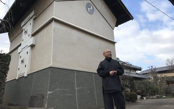 節分の夜に鬼を迎え入れる「鬼の宿」の小山喜彬さん(東京都小平市)