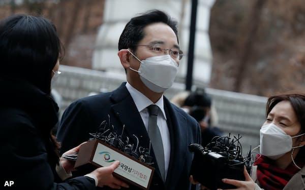 法廷に向かうサムスン電子の李在鎔副会長(18日、ソウル高裁)=AP