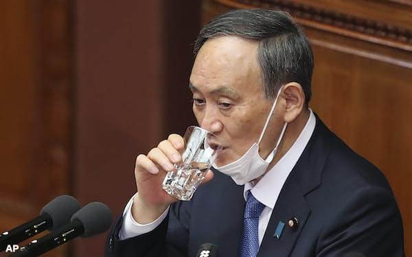 就任後初めての施政方針演説に臨む菅義偉首相(18日)