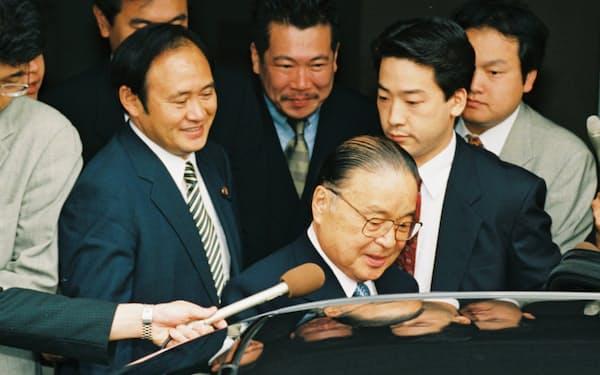 1998年7月、自民党総裁選立候補の日に議員宿舎を出る梶山氏(中央)と菅氏(左)