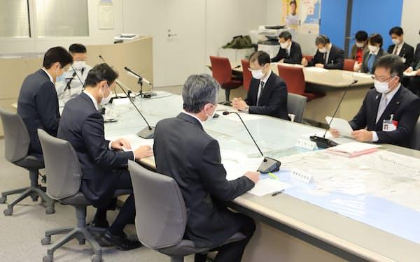 感染警戒レベルの引き上げを決めた秋田県新型コロナウイルス感染症対策本部会議(18日、秋田県庁)