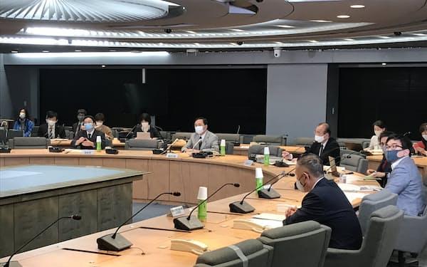 神奈川県は感染症対策協議会を開き、コロナ患者の健康観察などを協議した(18日、県庁)