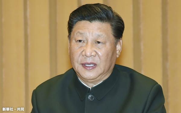 軍事訓練会議に臨む中国の習近平国家主席(2020年11月、北京)=新華社・共同