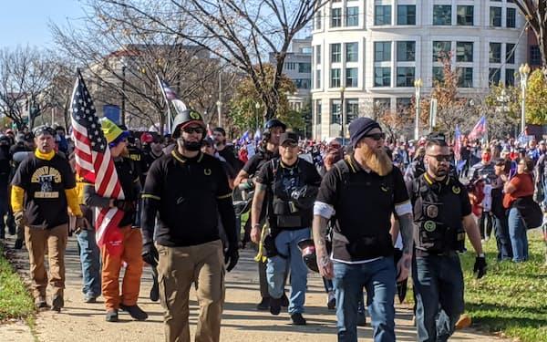 トランプ前米大統領の支持者デモに参加した極右グループ「プラウドボーイズ」のメンバーら(昨年11月、米首都ワシントン)