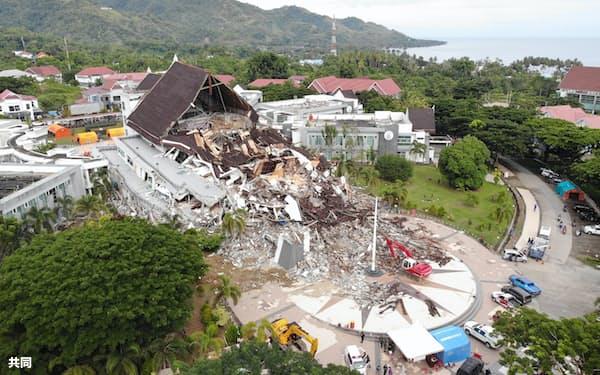 インドネシア・西スラウェシ州の州都マムジュで倒壊した州政府施設=18日(国家災害対策庁提供・共同)