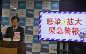 「感染拡大緊急警報」を出した静岡県の川勝平太知事(19日、静岡県庁)