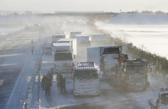 宮城県大崎市の東北自動車道下りで起きた多重事故で、立ち往生する車の列(19日午後)=共同