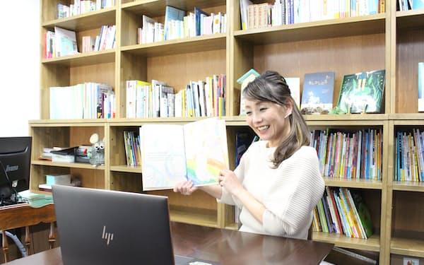 オンラインで絵本の読み聞かせをする佐賀のり子さん