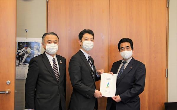 千葉市の熊谷市長(中)が坂井官房副長官に要請書を手渡した(19日、首相官邸)