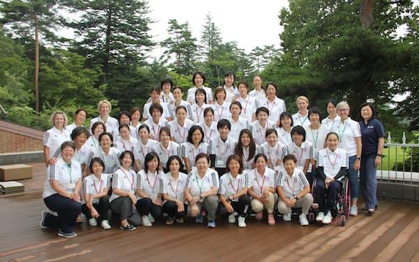 19年の女性コーチアカデミーの参加者たち(前列左から6人目が小笠原さん)=小笠原氏提供