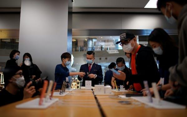コロナ禍でも中国では多くの消費者がアップルストアを訪れている(上海市)=ロイター