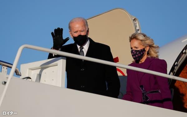 19日、ワシントン近郊のアンドルーズ空軍基地に降り立ったバイデン氏とジル夫人㊨=ロイター