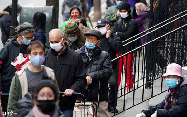 経済制限が再び強まり、ニューヨークでは食料の無料配給に失業者らの列ができる=ロイター