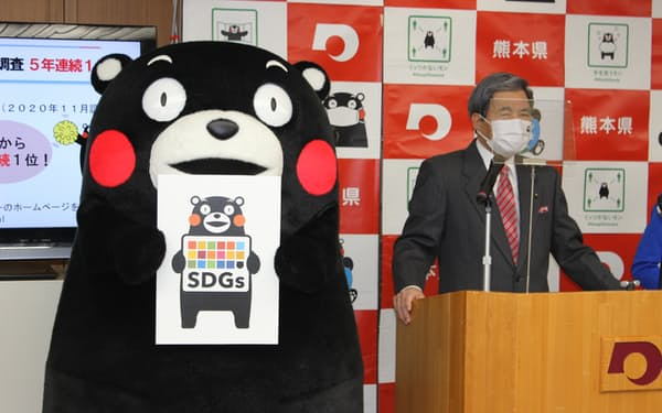 熊本県のSDGs登録制度で事業者が使用できるロゴを発表する蒲島知事(20日、県庁)