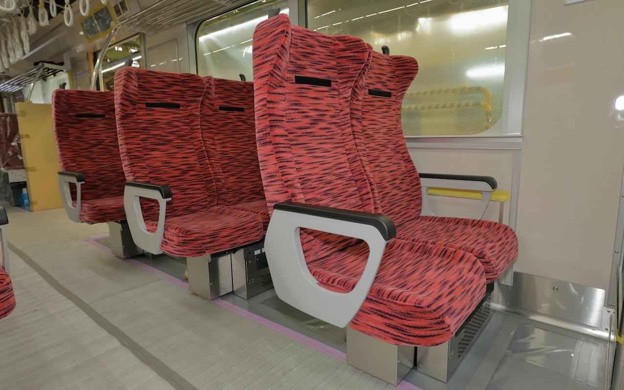 座席指定列車ではクロスシートにして快適性を高める