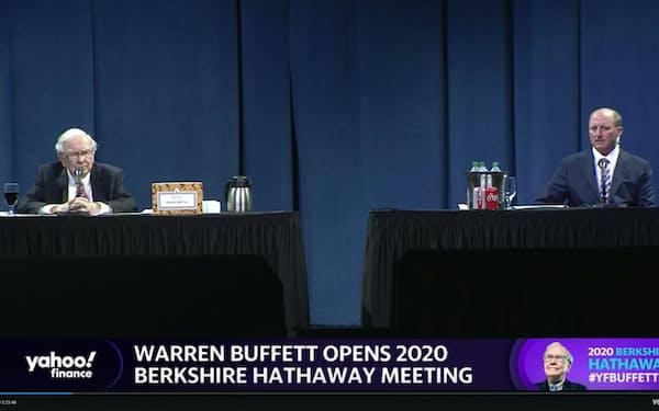 20年5月のオンライン株主総会で話すバフェット氏(左)。後継者候補とされる副会長のグレッグ・アベル氏の初同席も注目された