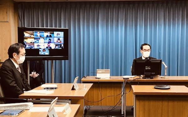 埼玉県の新型コロナウイルスに関する専門家会議であいさつする大野元裕知事(20日夜、埼玉県庁)