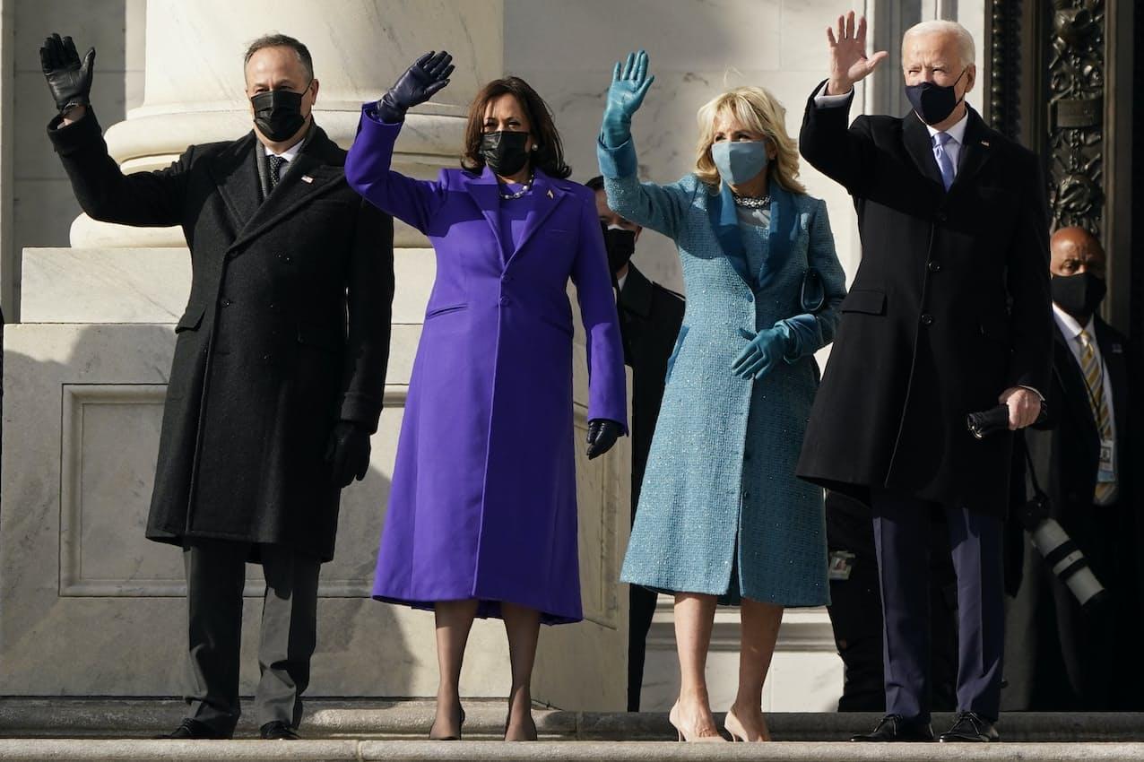 20日、就任式のため連邦議会議事堂に到着し、手を振るバイデン氏夫妻とハリス氏夫妻=AP