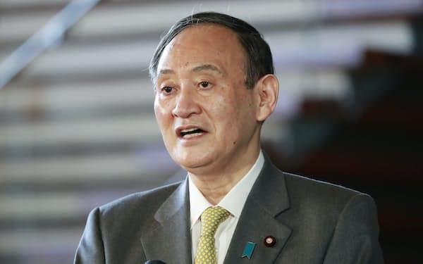 バイデン米大統領就任を受け、記者の質問に答える菅首相(21日午前、首相官邸)